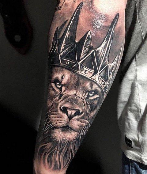 Татуировка льва с короной