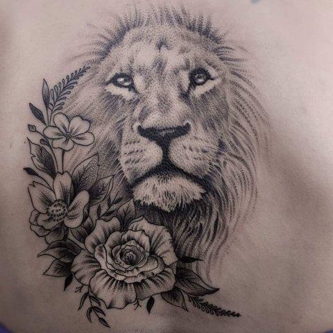 Тату лев с цветами