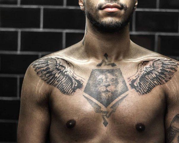 Тату льва с крильями на груди