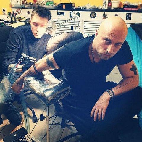 Дмитрий Нагиев делает новую татуировку