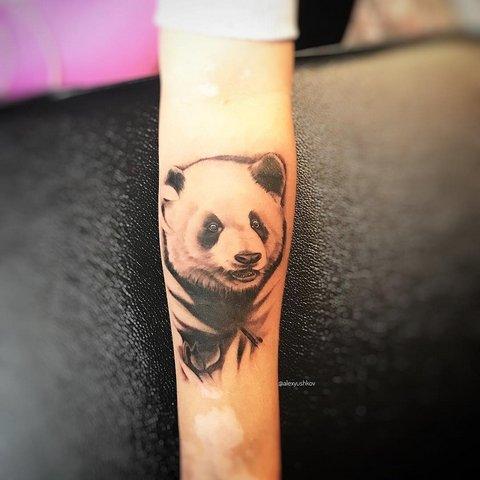 Татуировка голова панды на руке