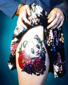 Сексуальная тату на женском бедре панда с цветами