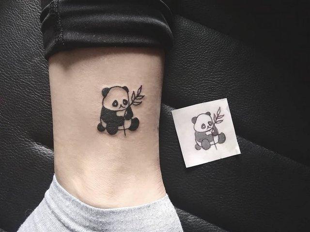 Рисунок панды на ноге