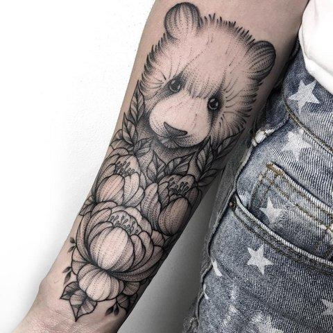 Милая маленькая панда с цветами