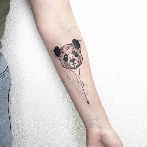 Красивая татуировка панды со стрелой
