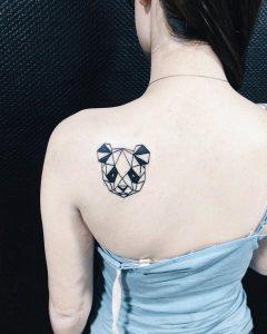 Женская татуировка панды в стиле геометрия на спине