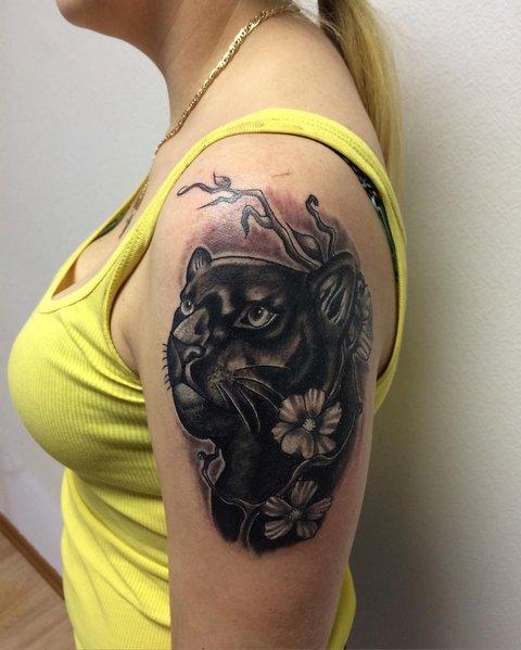 Татуировка пантера с цветами на женском плече