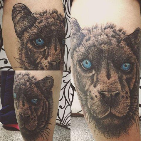 Красивая татуировка пантера на ноге