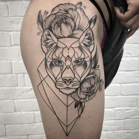 Крутая татуировка пантеры с цветами на бедре