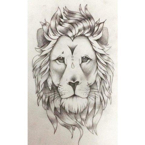 Лев с венком на голове