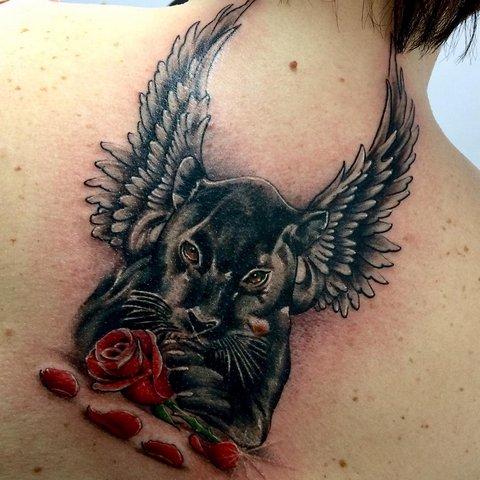 Тату пантера с розой и крыльями на спине