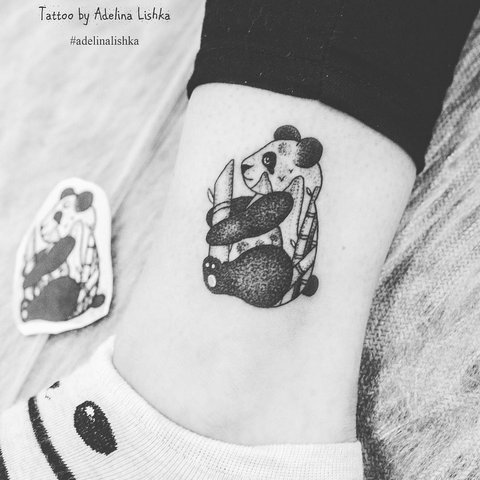 Маленькая тату панды на ноге