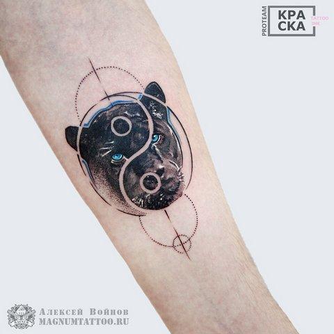 Голова пантеры с символом на руке