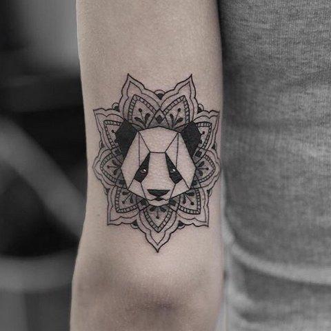 Тату панда в стиле геометрия