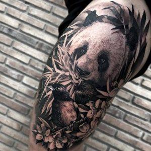 Тату панда кушает листья