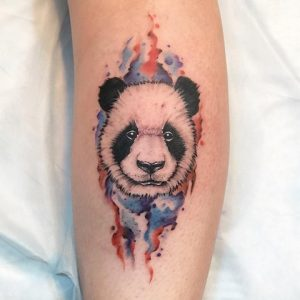 Крутая татуировка головы панди на руке
