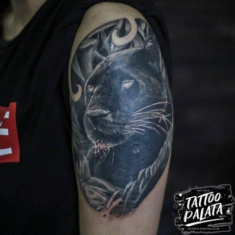 Реалистичная тату пантеры на плече
