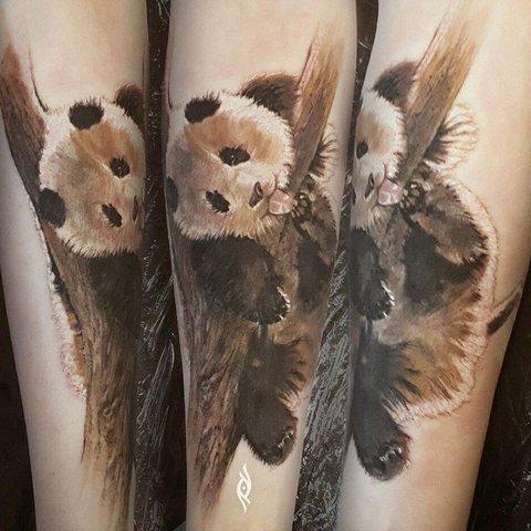 Татуировка панди наветке дерева