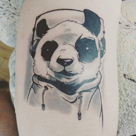 Тату на руке панда в наушниках