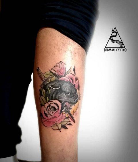 Злая пантера с цветами и мечем на руке