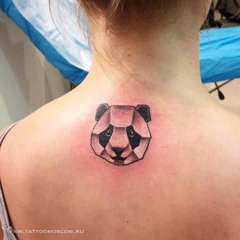 Женская тату панды на спине