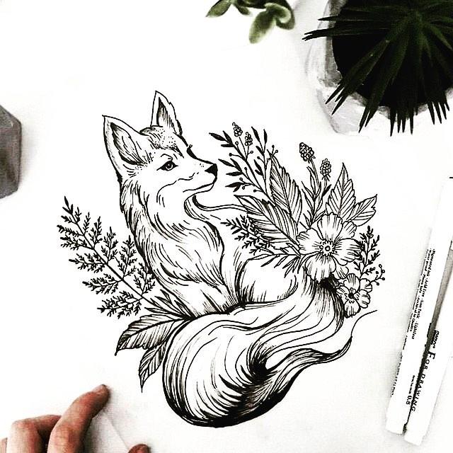Лиса Сидит в Растениях
