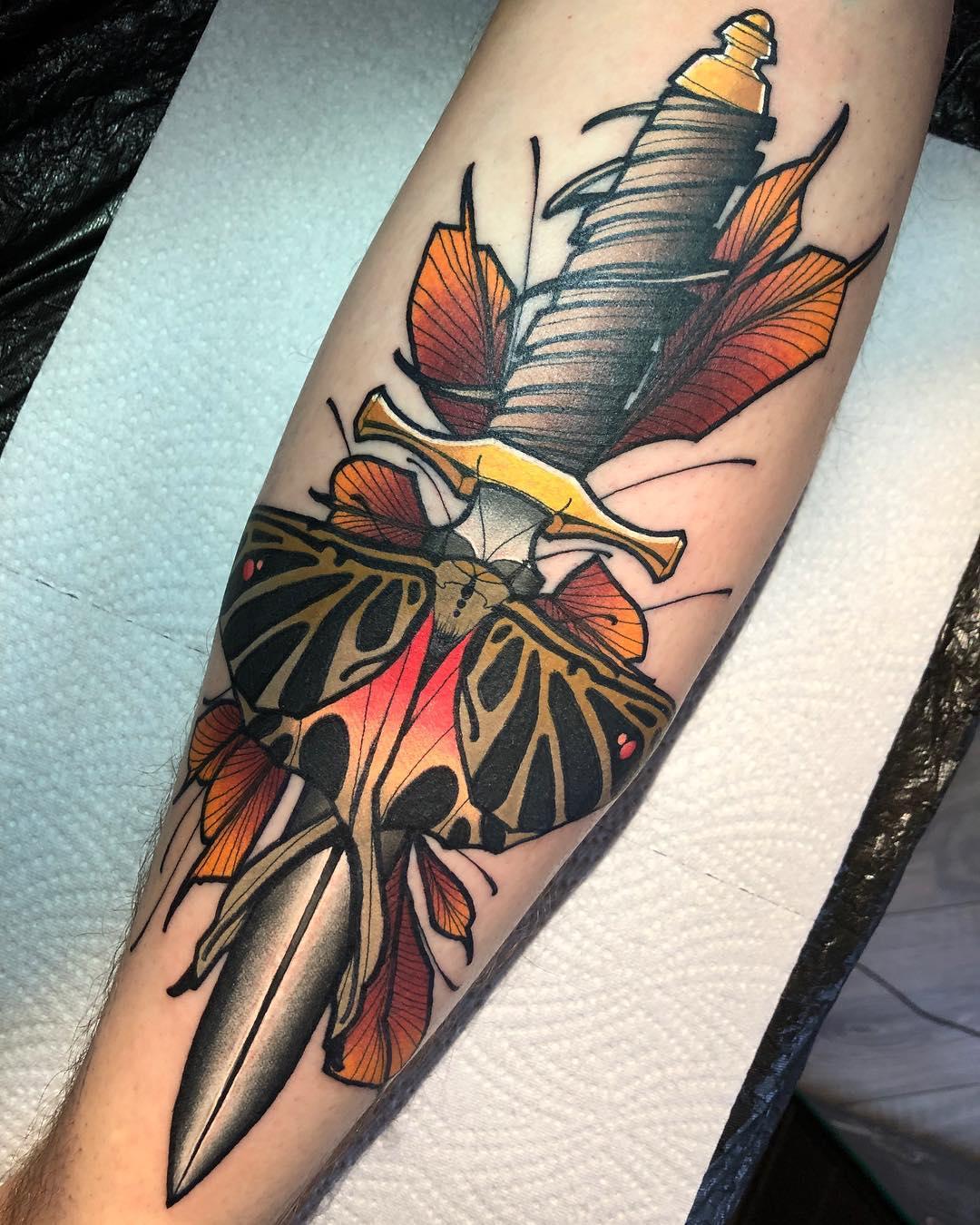 Цветная Татуировка Кинжала с Бабочкой на Предплечье