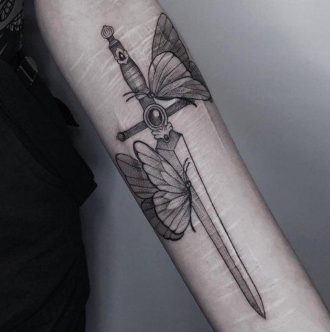 Женская Татуировка Меча с Бабочками