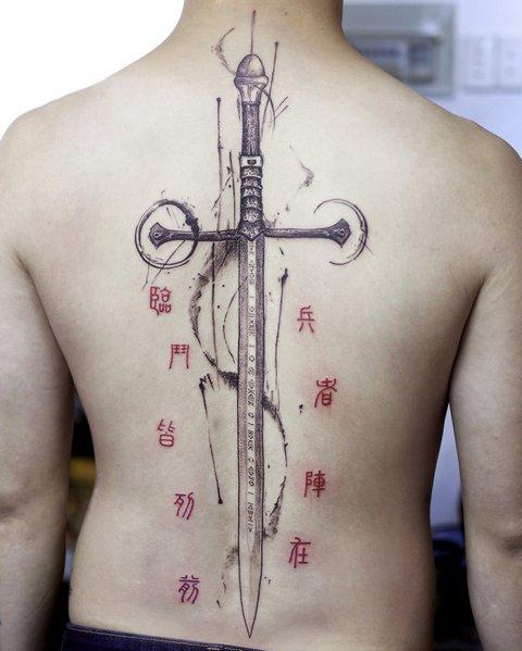 Большая Красивая Татуировка Меча на Женской Спине