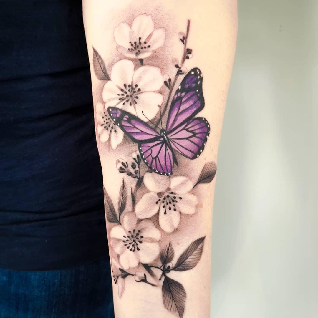 Бабочка Сидящая на Цветках Сакуры