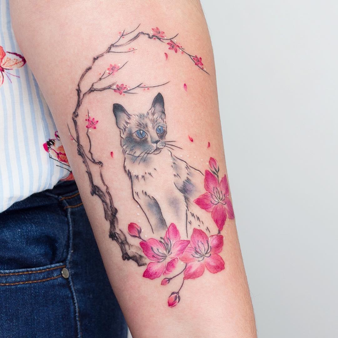 Кошка и Сакура на Руке Девушки