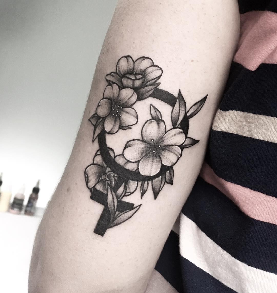 Черно-Белая Татуировка Сакуры и Женского Знака