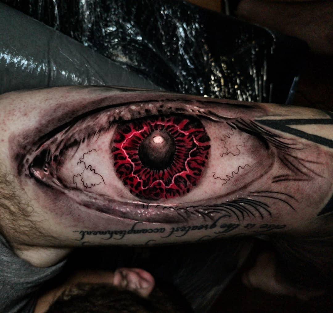 Красный Глаз и Надпись на Мужской Руке