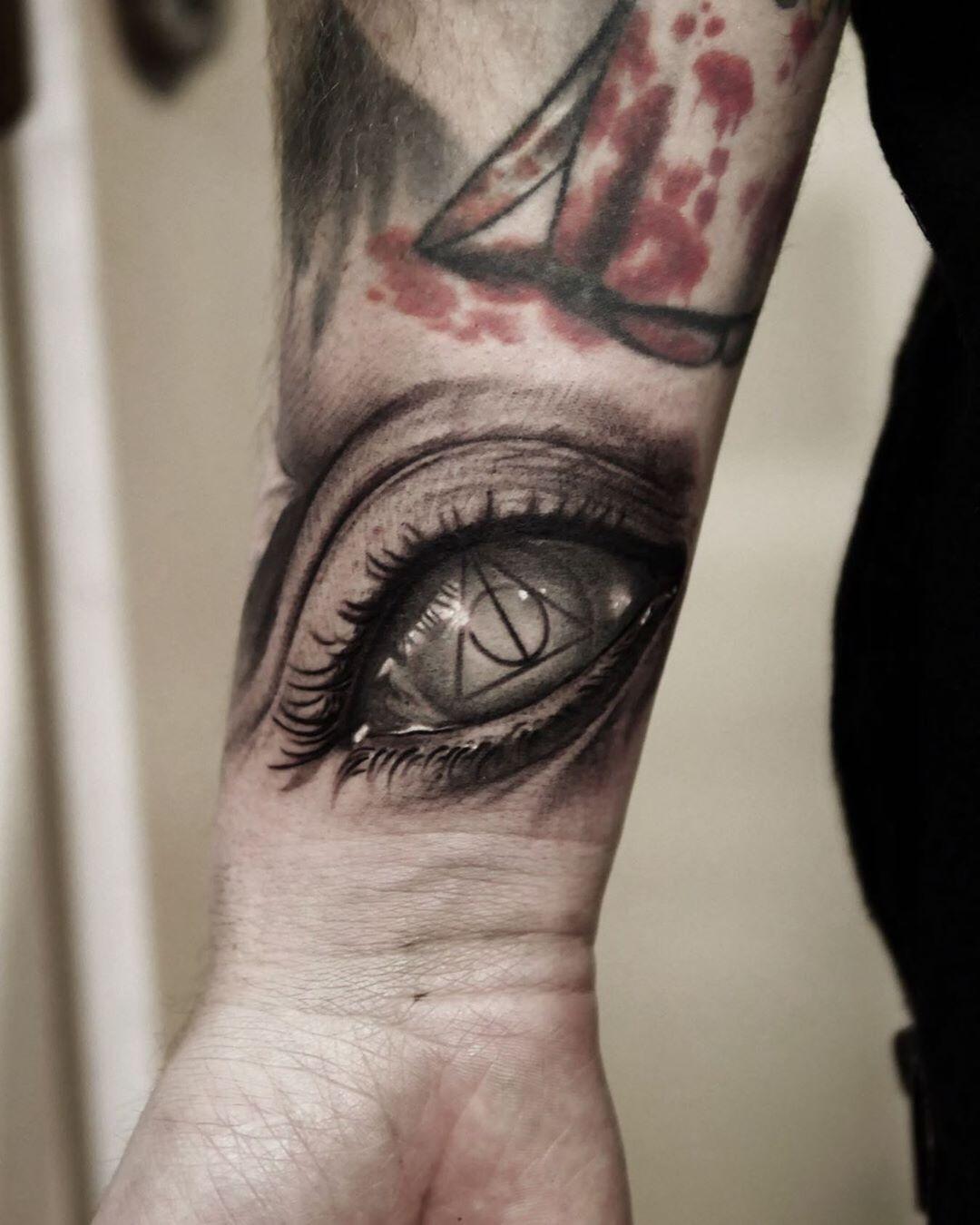 Белый Глаз с Треугольником в Середине
