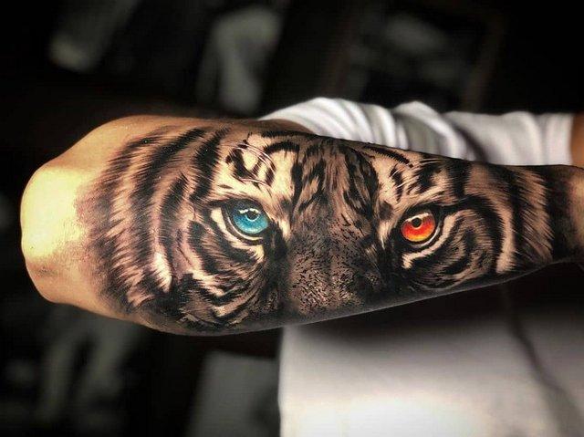 Большая Татуировка Тигра с Красивым Взглядом
