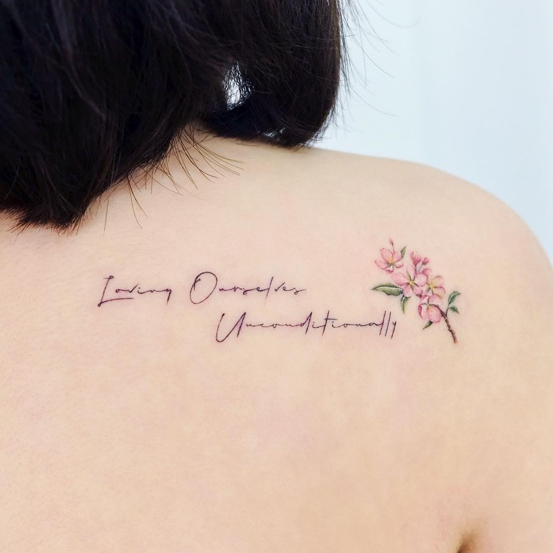 Татуировка с Текстом и Цветком на Спине