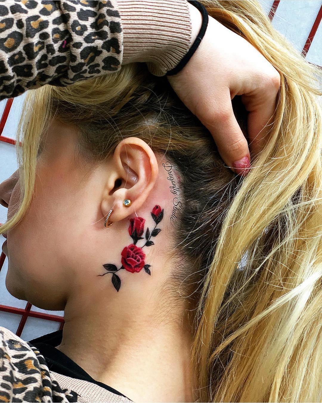 Красивая Татуировка Розы под Ухом