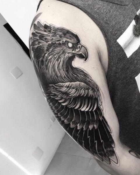 Черный Орел на Мужском Плече